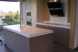 fl interieur voor productie van kwalitatieve meubelen op maat en totaalinrichting van keukens badkamers dressings kantoren winkels en beursstanden